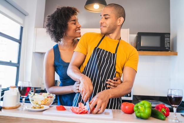 Coppia latina cucinare insieme in cucina.