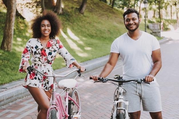 Coppia latina in posa durante il fine settimana in bicicletta