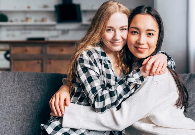 Coppia lesbica abbracciarsi e guardando la fotocamera