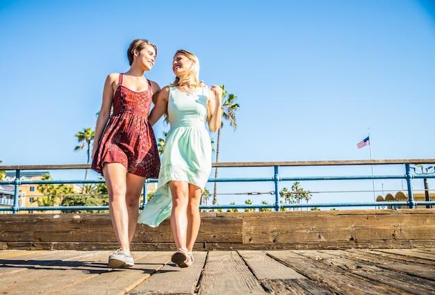 Coppia lesbica ad appuntamento romantico