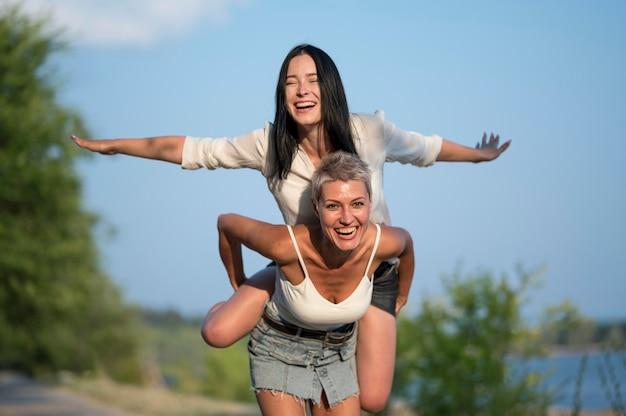 Coppia lesbica cavalcata sulle spalle