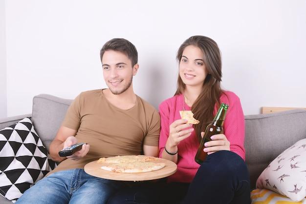 Coppia mangiare e guardare la tv.