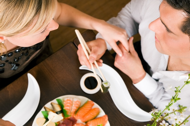 Coppia, mangiare, sushi