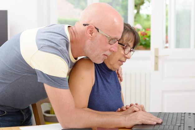 Coppia matura con un computer portatile