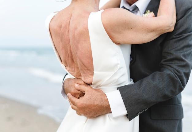 Coppia matura per sposarsi in spiaggia