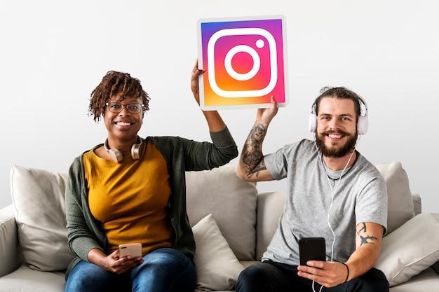 Coppia mostrando un'icona di instagram