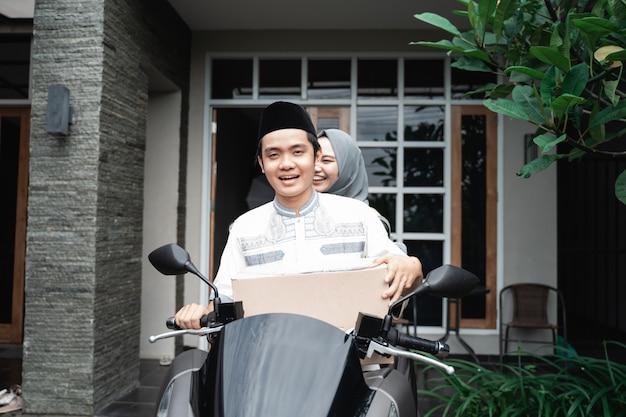 Coppia musulmana in sella a una moto per mudik