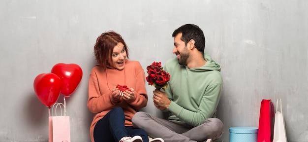 Coppia nel giorno di san valentino con fiori e regali