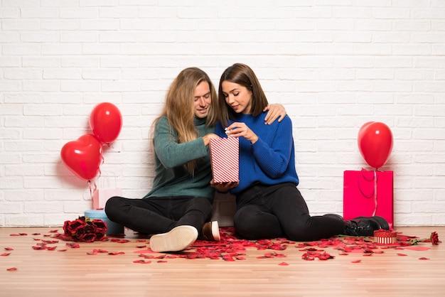 Coppia nel giorno di san valentino mangiare popcorn