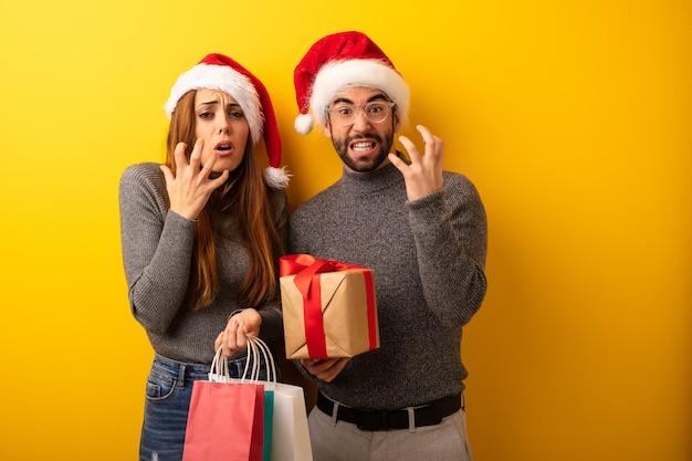 Coppia o amici con regali e borse della spesa molto spaventati e spaventati