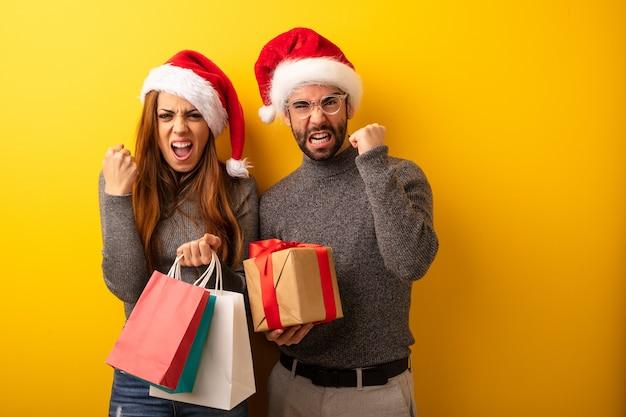Coppia o amici in possesso di regali e borse della spesa urlando molto arrabbiato e aggressivo