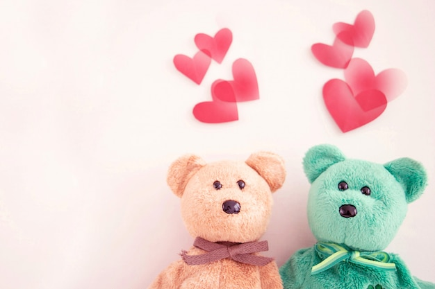 Coppia orsacchiotto carino con palloncini cuore rosso