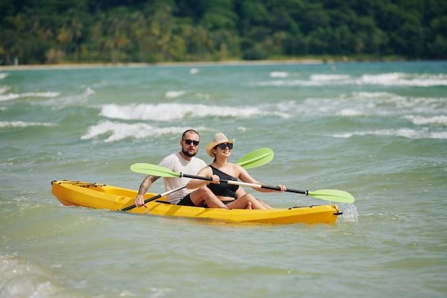Coppia pagaiando kayak