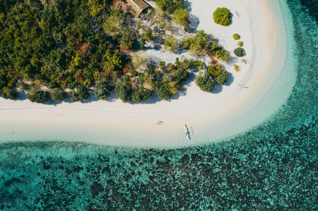 Coppia passare il tempo su una bellissima isola tropicale remota nelle filippine. concetto di vacanza e stile di vita. vista aerea