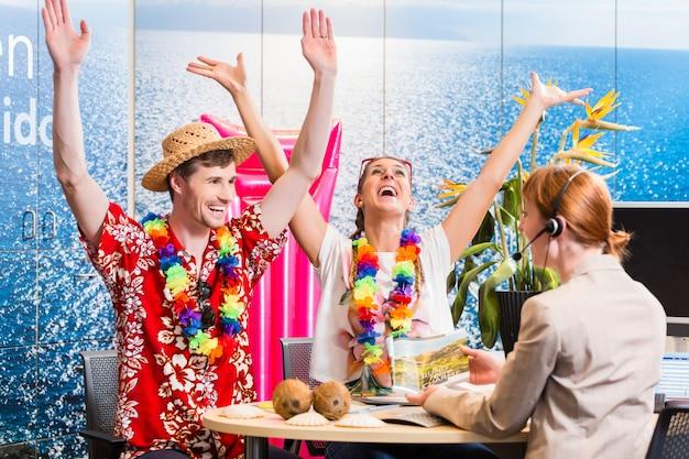 Coppia prenotazione vacanze in agenzia viaggi