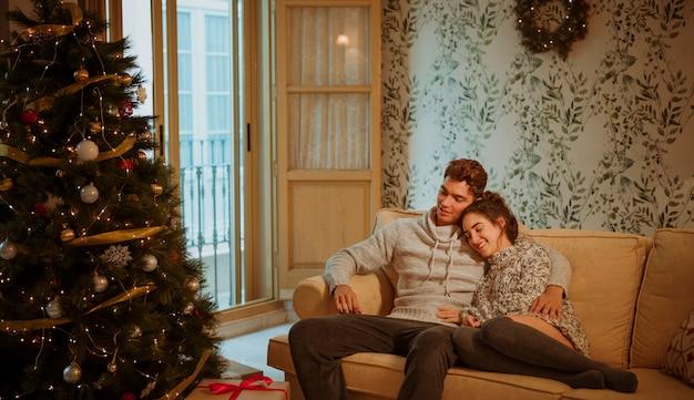 Coppia rilassante sul divano