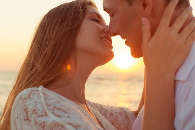 Coppia romantica baci sulla spiaggia