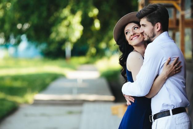 Coppia romantica che abbraccia all'aperto