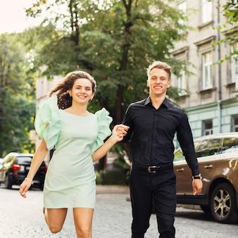 Coppia romantica che attraversa la strada