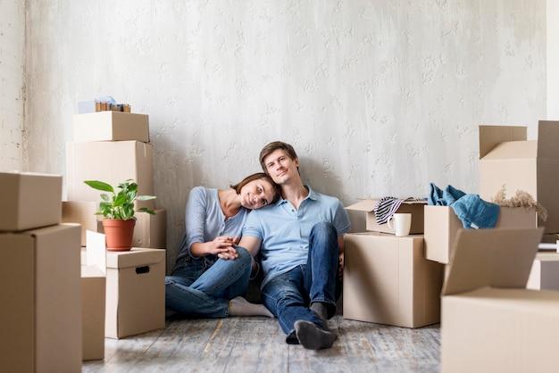 Coppia romantica che si diverte a casa mentre fa i bagagli per andarsene