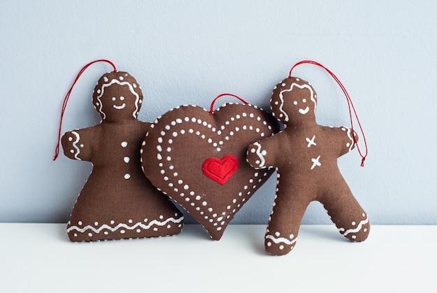 Coppia romantica con un grande cuore morbidi giocattoli fatti a mano