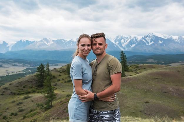Coppia romantica in montagna
