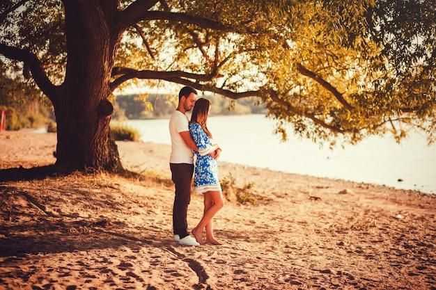 Coppia romantica in piedi sulla spiaggia