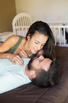 Coppia romantica sdraiata sul letto