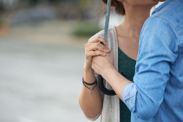 Coppia romantica sotto l'ombrello