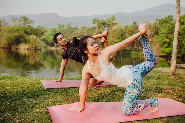 Coppia sana, yoga e lago