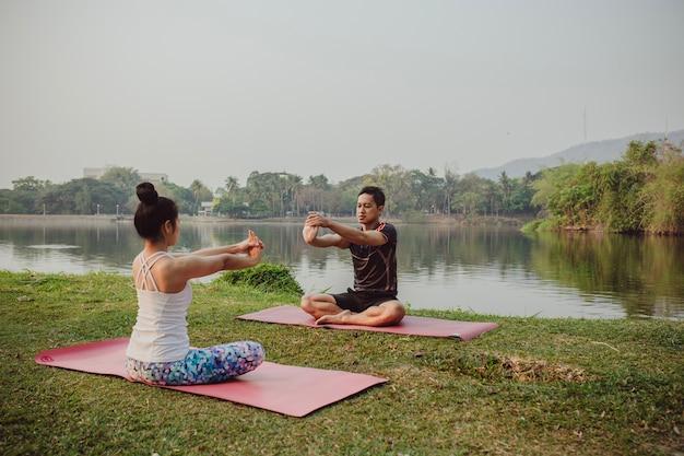 Coppia sana, yoga e natura