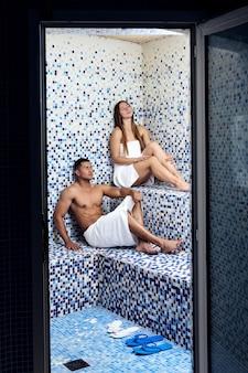 Coppia seduta in sauna