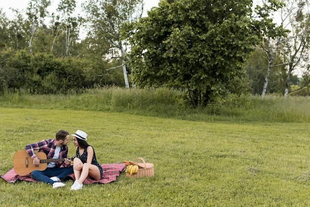 Coppia, seduta, picnic, coperta