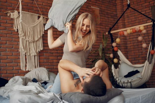 Coppia seduta su un letto in una stanza