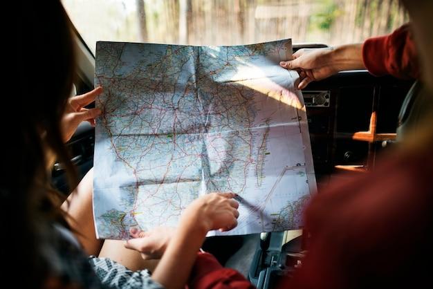 Coppia seguendo una mappa