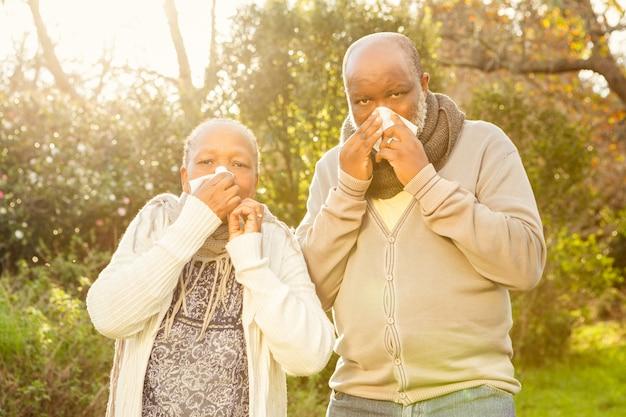 Coppia senior che soffia il naso