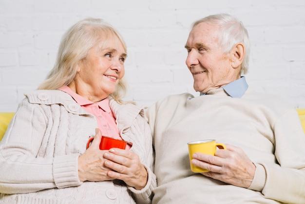 Coppia senior con tazze di caffè