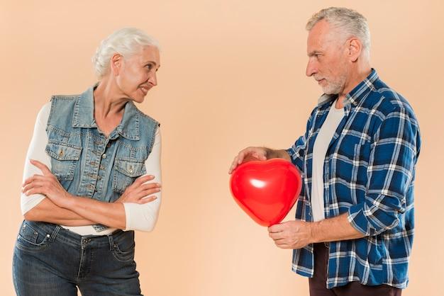 Coppia senior moderna con il concetto di amore