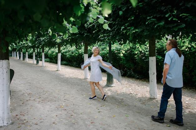 Coppia senior nel parco