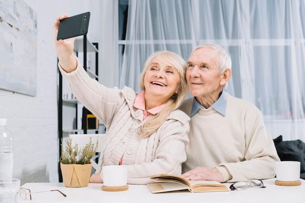 Coppia senior prendendo selfie
