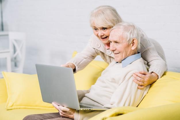 Coppia senior usando il portatile