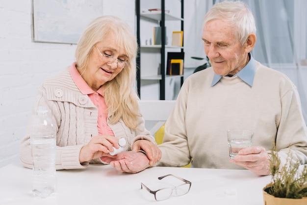 Coppia senior utilizzando pillole