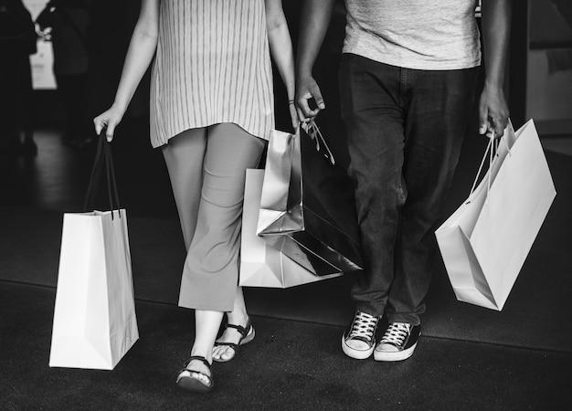 Coppia shopping insieme in un centro commerciale