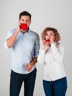 Coppia soffiando palloncini per san valentino