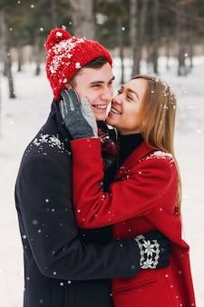 Coppia sorridente in una giornata nevosa