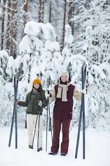 Coppia sportiva sciare in inverno