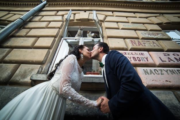 Coppia sposata baciare in strada
