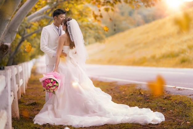 Coppia sposata felice baciare
