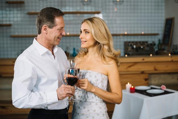 Coppia sposata insieme a cena romantica