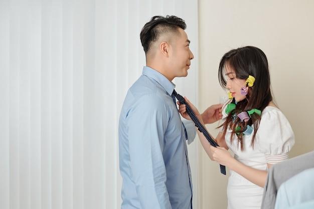 Coppia sposata sta preparando